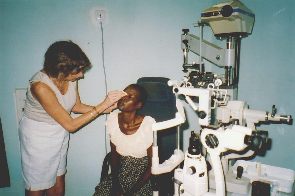 Engagement für und in Afrika durch Augenärztin Dr. med. Koulen