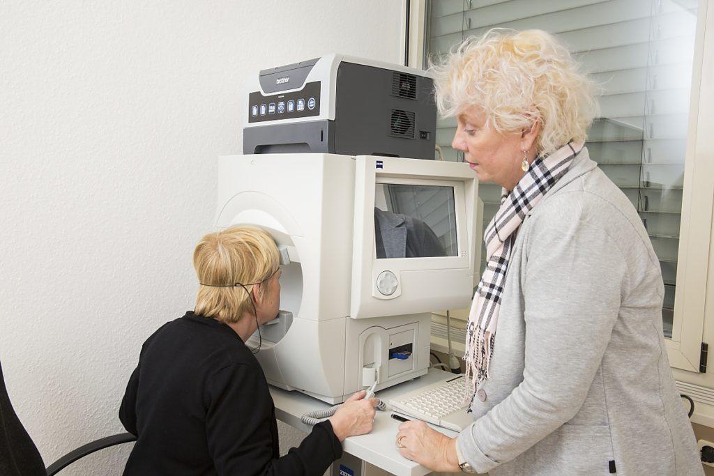 Gesichtsfeldmessung bei Augenärztin Dr. med. Koulen (Fotograf: Markus Palzer)